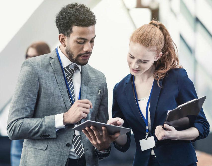 Homem e Mulher olhando tablet - Marketing de eventos