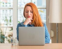 Mulher olhando tela Notebook- Marketing online