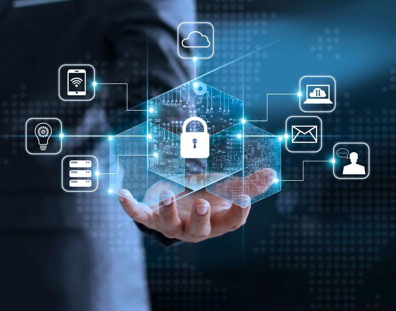 Cadeado digital sobre mão de um homem - segurança de dados