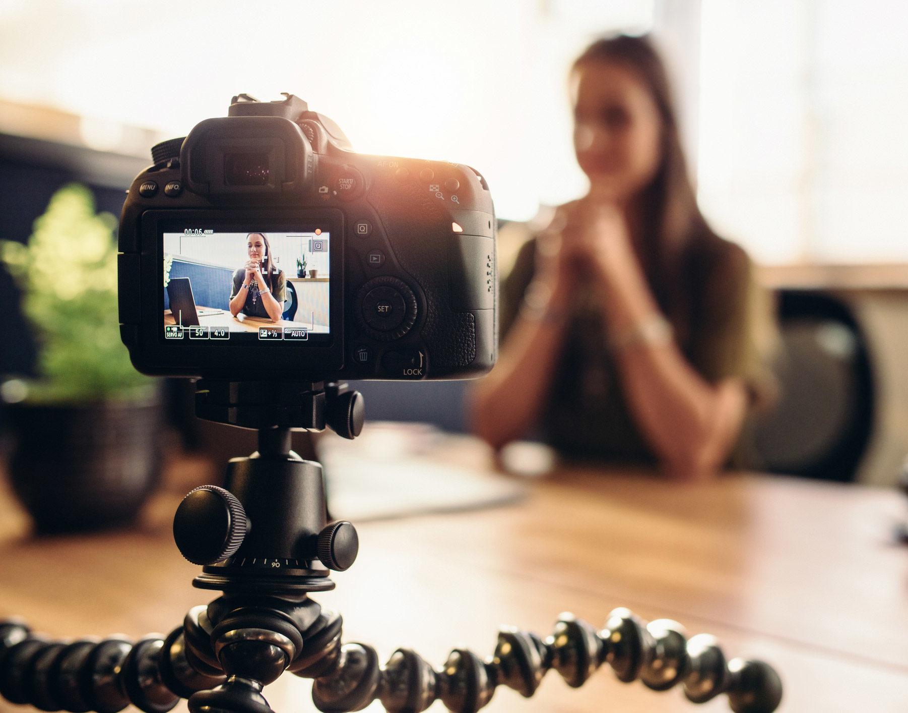 Câmera filma mulher para vídeo institucional
