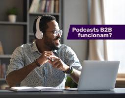 Homem ouve podcast na comunicação B2B