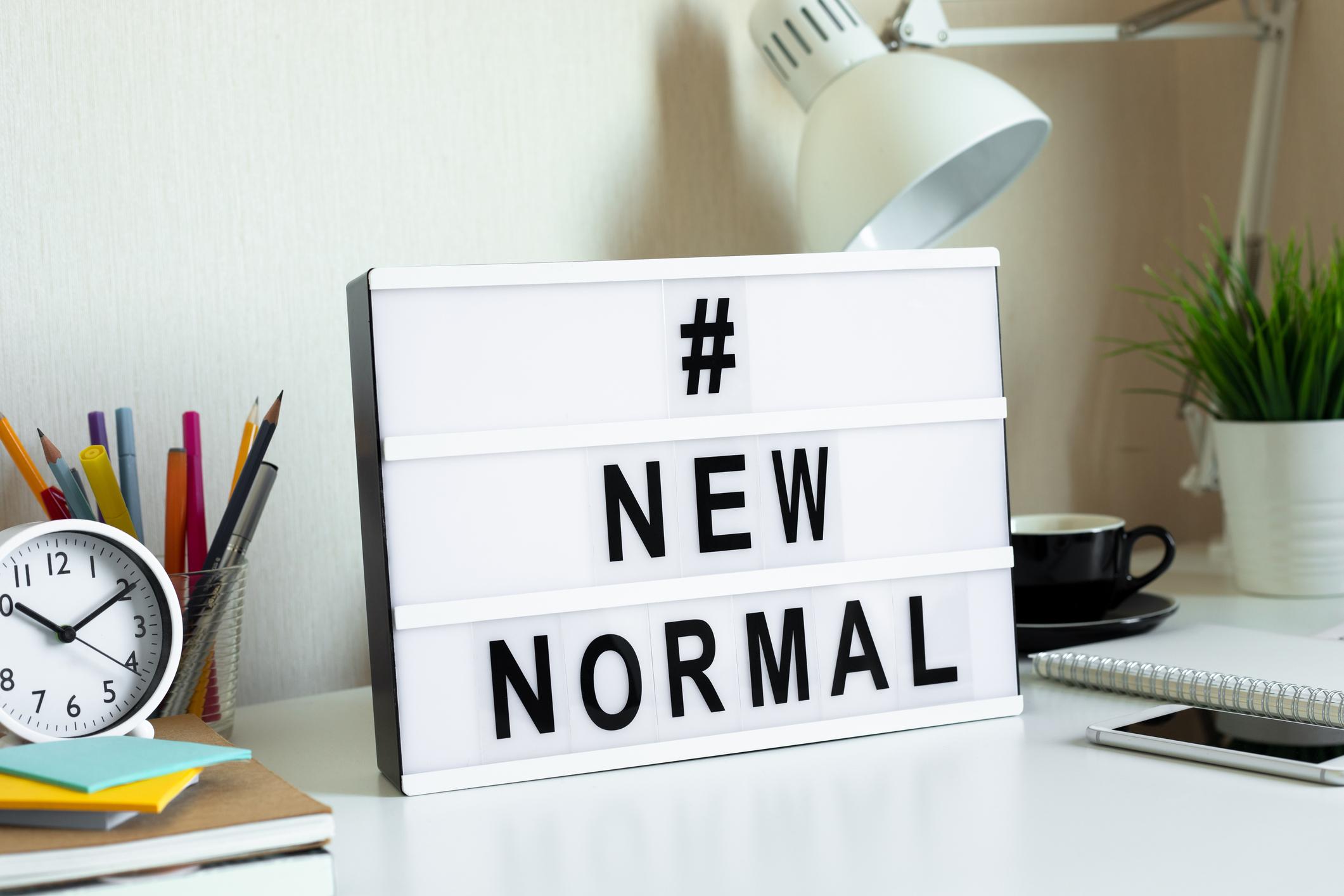 Placa escrita novo normal - marketing digital