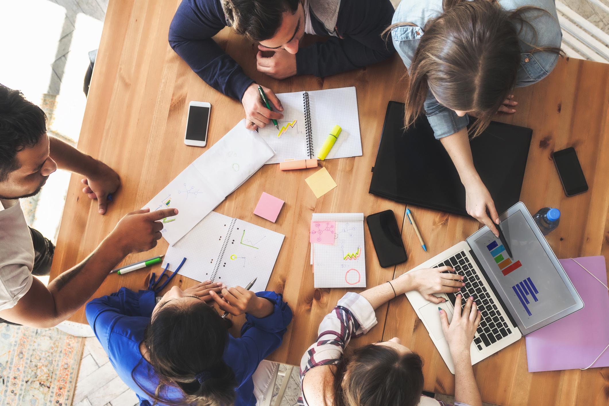 Pessoas em torno da mesa fazendo reunião - marketing B2B