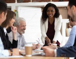 É inegável que duas palavras importantes para qualquer empresa, em relação aos seus funcionários, são 'retenção' e 'produtividade'. E, para alcançá-las, estratégias de engajamento se fazem importante. Uma estratégia de comunicação interna assertiva auxilia uma empresa a construir uma compreensão compartilhada sobre o propósito, os valores e o futuro de uma marca, ajudando a conectar […]