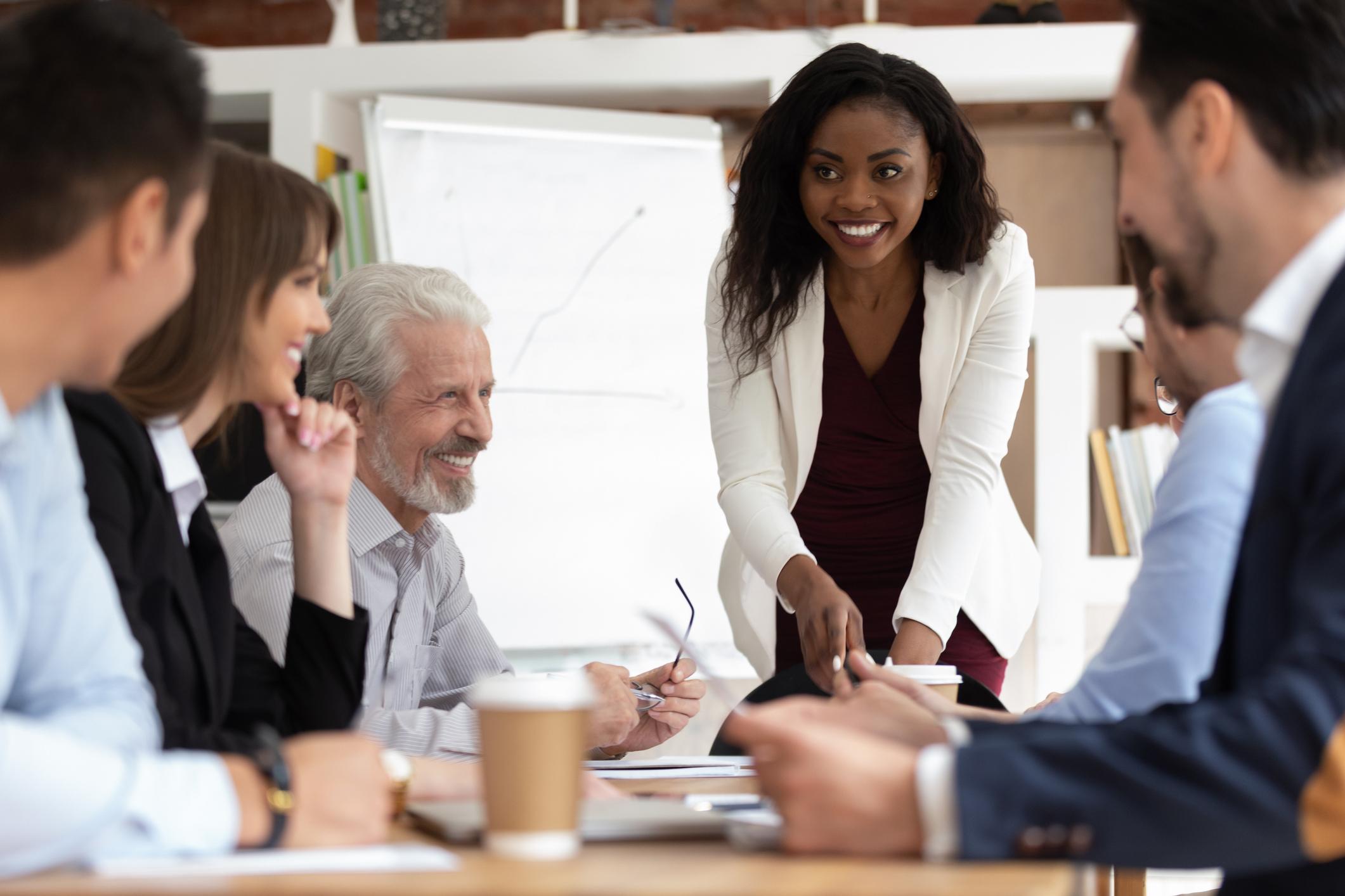 Pessoas ao redor da mesa fazendo reunião - Endomarketing
